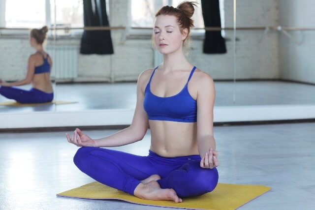 ヨガの効果を高めるために瞑想する女性