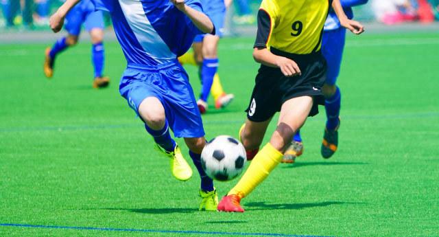 サッカーボールを追いかける