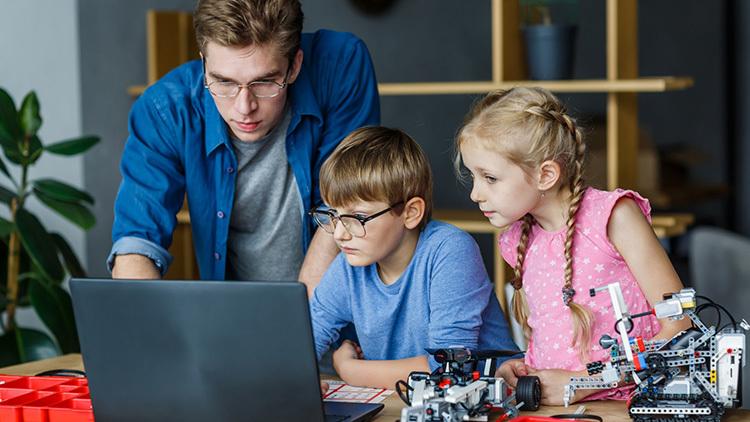 実際にプログラミングを学ぶ子どもたちはどんな感じ?