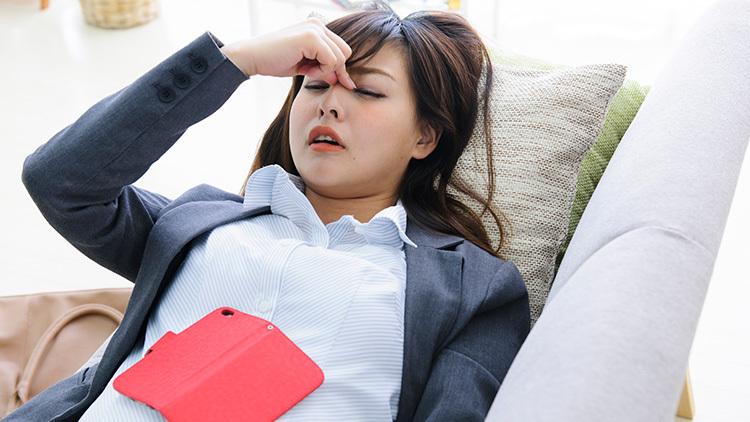 スマホやパソコンの見すぎで目の疲れから肩こりを悪化させている恐れも