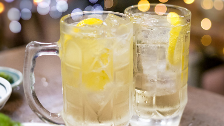どうしても飲み会にいく場合のお酒の飲み方はウイスキーや焼酎などのアルコール度数が高めで満足感があるけれど、糖分がすくないお酒を。