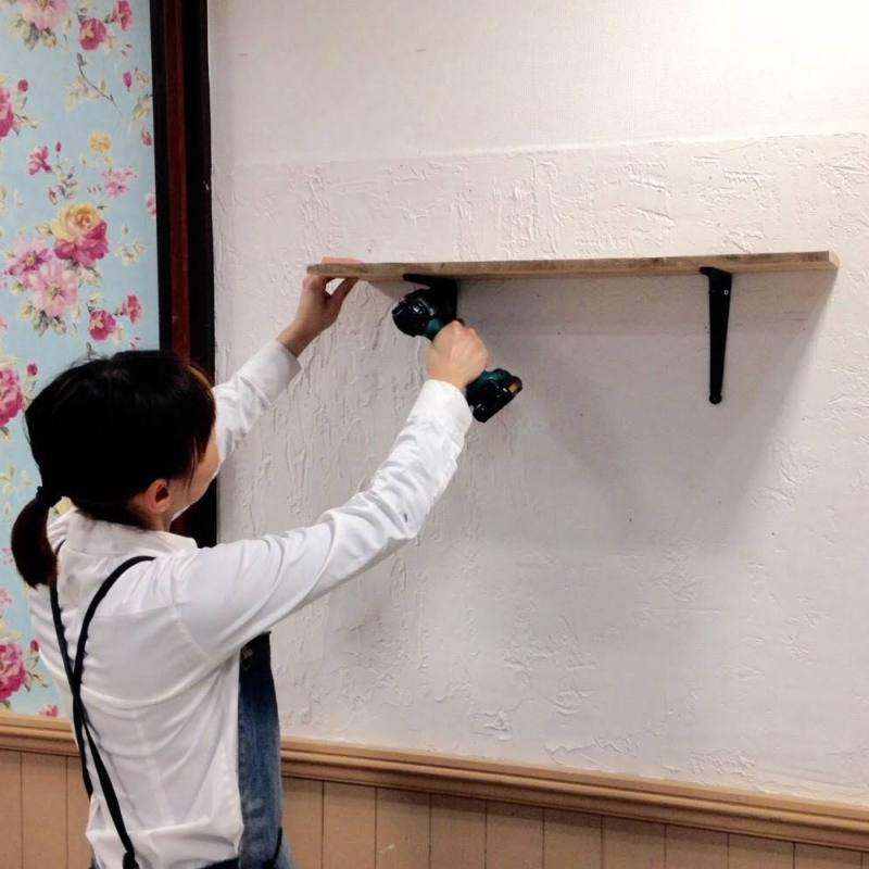 石膏ボードの壁に棚をつける