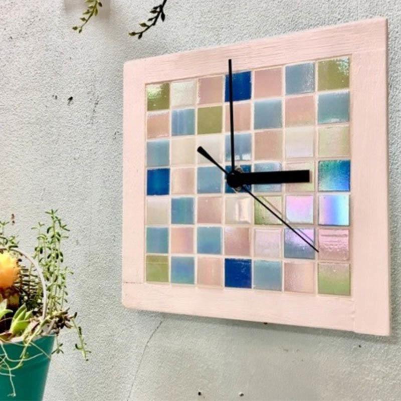 ガラスタイルの壁掛け時計