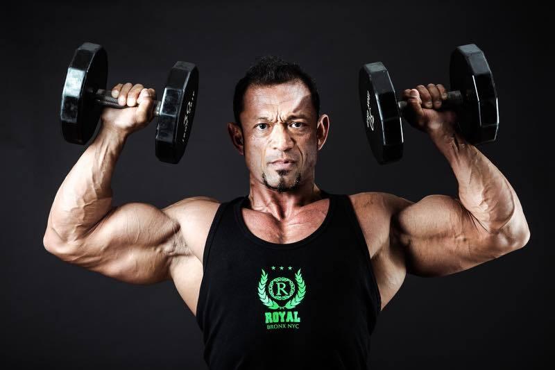 筋肉モリモリの男性トレーナー