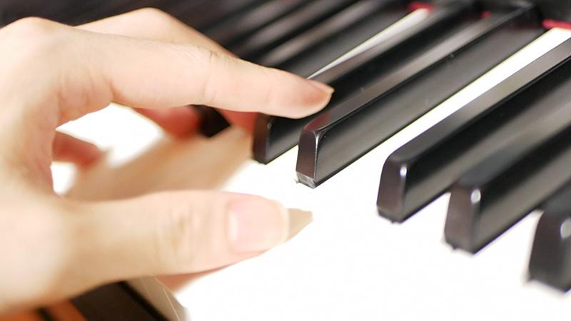 お誕生日会やホムパでも◎ピアノ弾き語りで魅せるならこの曲!