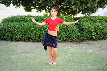 イメージ写真(3)両手でバランスを取り、腰を左に振る