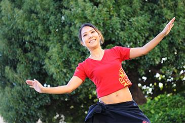 イメージ写真(3)腰全体で円を描く「 Ami (アミ)」をプラス